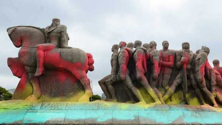O direito à memória da cidade e a remoção de estátuas de escravagistas, Monumento às Bandeiras, em São Paulo, pichado em 2016. Foto de Rovena Rosa / Agência Brasil / Fotos públicas