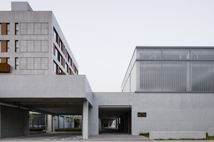 Cangzhou Mingzhu International Clothing Industry Characteristic Town's Service Community / y.ad studio, North entrance corridor. Image © Lotan Architectural Photography