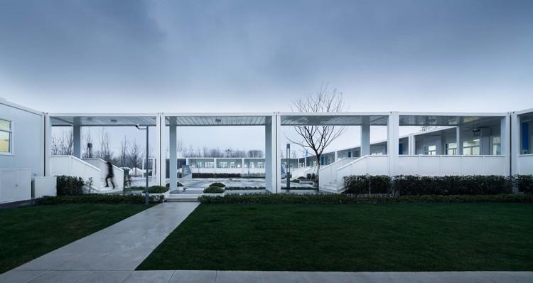 Container Campus of Jiangxinzhou Middle School / ADINJU, corridor. Image © Bowen Hou