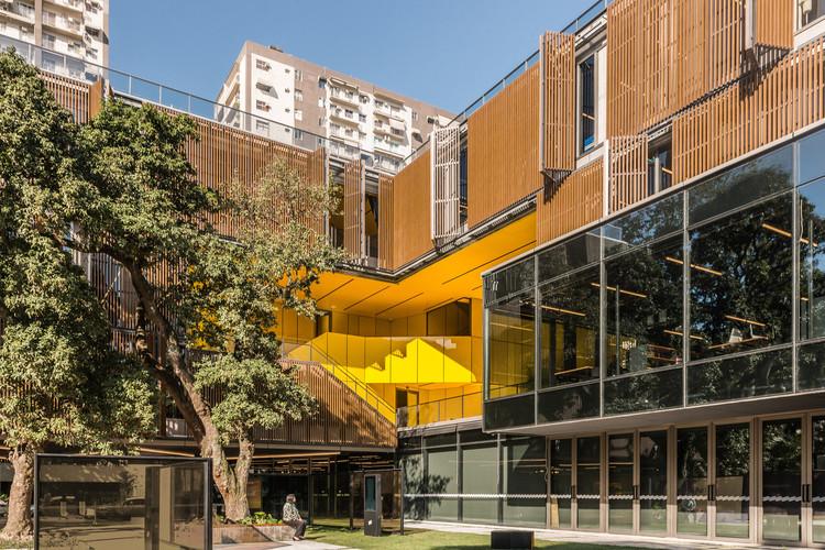Como as edificações podem reduzir sua pegada de carbono?, Uso de sombreamento nas fachadas do projeto Casa Firjan – Rio de Janeiro. Imagem © Monique Cabral