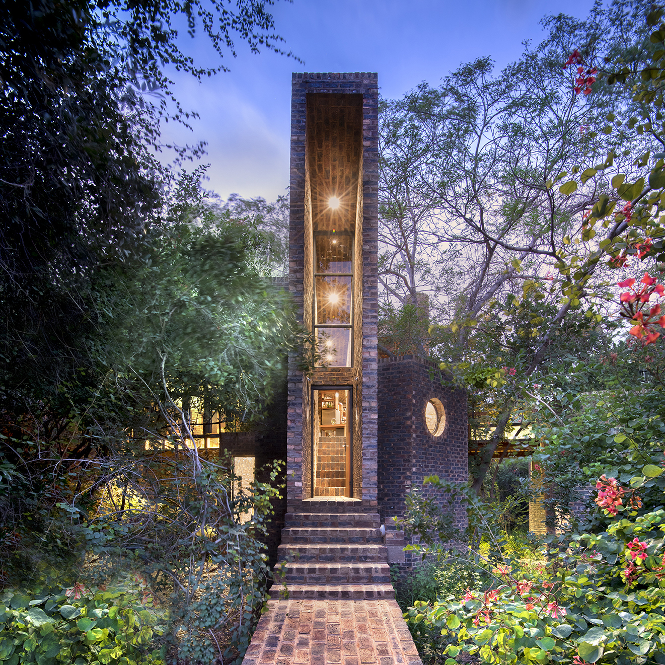House of the Big Arch / Frankie Pappas