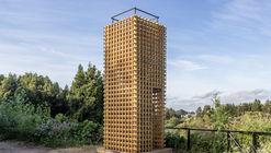 Duas torres e um caminho / Azócar Catrón Arquitectos