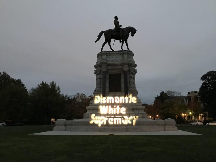 Estatus, estatuas y estatutos: el problema de los monumentos a los hombres imperfectos, General Lee Statue en Richmond, Virginia. Cortesía de Richmond DSA a través de Flickr, con licencia CC BY 2.0nsed under CC BY 2.0