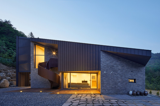 Slope House / Studio EON