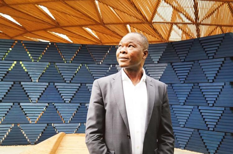 UIA2021RIO promove debate com Francis Kéré como parte da programação que antecede o 27º Congresso Mundial de Arquitetos, Diébédo Francis Kéré em frente a seu Serpentine Pavilion em 2017. Foto © Gili Merin