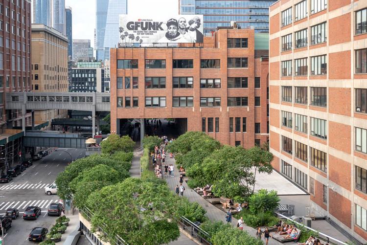 Con un presente complicado, los parques urbanos reutilizados miran hacia el futuro, Una vista aérea de High Line con Chelsea Market. El parque planea reabrir, con ciertas restricciones, el 16 de julio. Cortesía de Timothy Schenck