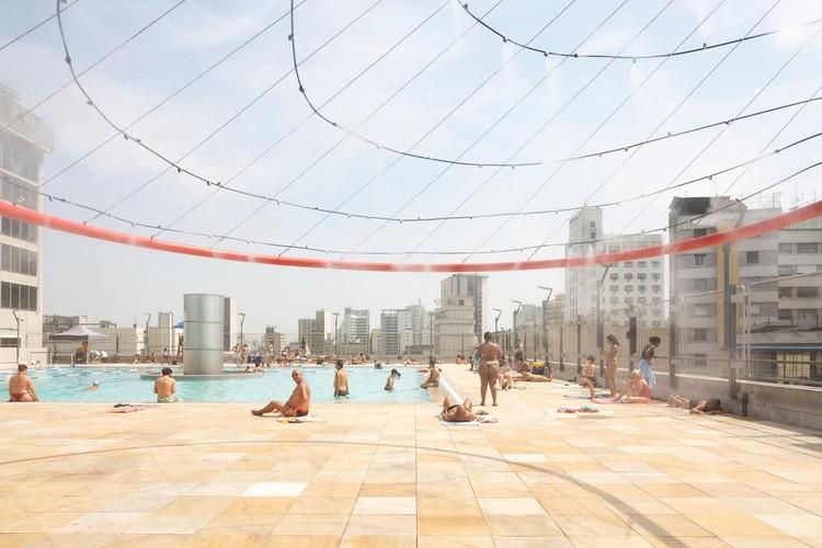 """IABsp disponibiliza acervo de todas as edições da Bienal Internacional de Arquitetura de São Paulo , Instalação """"Apanhador de nuvens"""" na cobertura do Sesc 24 de Maio, como parte da 12ª Bienal Internacional de Arquitetura de São Paulo. Por Bruther. Foto © Javier Agustin Rojas"""