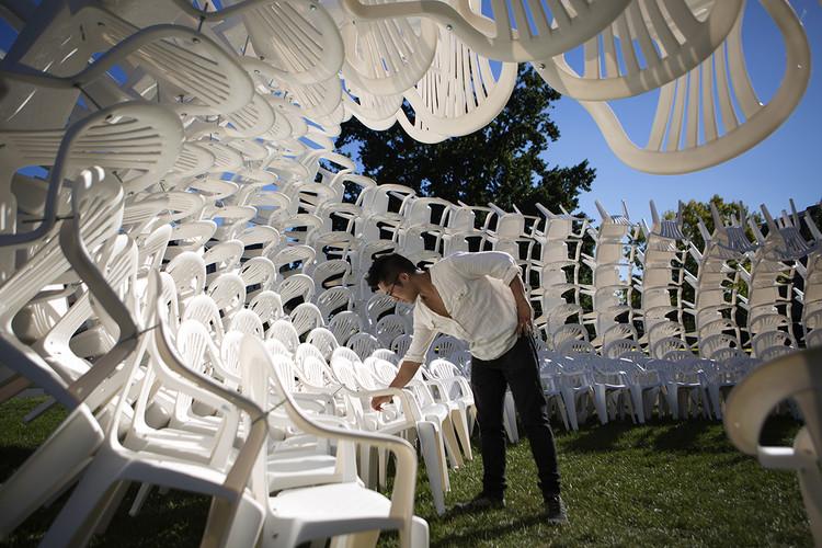 Reciclaje de materiales en pabellones efímeros, Cómo CODA utilizó cientos de sillas de plástico blanco para construir un pabellón reciclable. Image