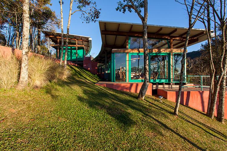 Casas brasileiras: 12 residências com telhas metálicas, Residência em Gonçalves / André Vainer Arquitetos. Imagem: © Tuca Reines