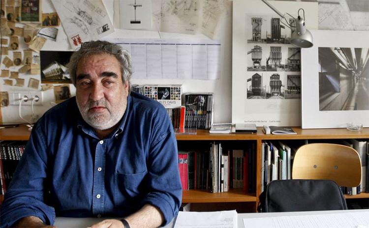 "O minimalismo contextualista de Eduardo Souto de Moura, Eduardo Souto de Moura. Imagem via beira.pt, usada sob termos de ""fair use"""