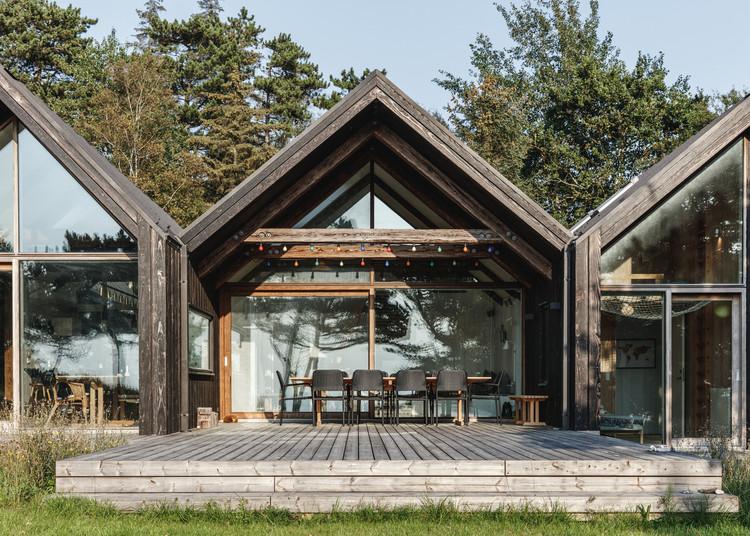 Holiday Cabin by Lendager Group uses using waste wood and upcycled bricks. Image © Rasmus Hjortshøj - COAST