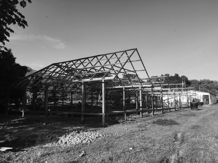 Una arquitectura participativa para el paisaje rural de Colombia, Figura 13. AC. Proceso constructivo del Albergue Ecoturístico en La Caleta, con materiales locales para estructura, tambo y cerramientos. Julio de 2018. Fuente: archivo de los autores.. Image Cortesía de Dearq