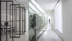 Oficina con patio / Tal Goldsmith Fish Design Studio