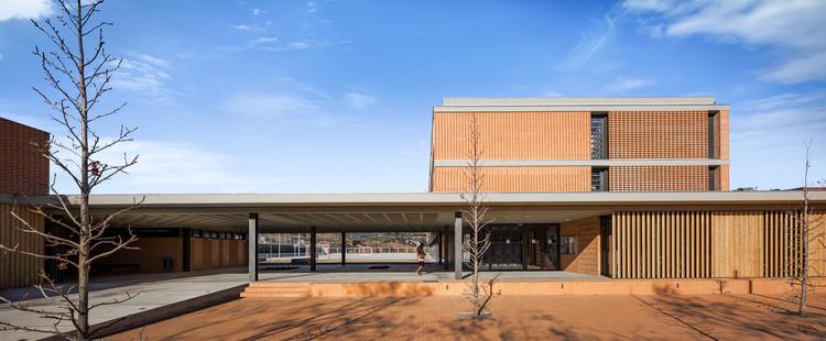Instituição de Educação Superior Aimerigues / Barceló Balanzó Arquitectes + Xavier Gracia. Imagem: © Simón García