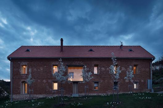 House Inside a Ruin / ORA