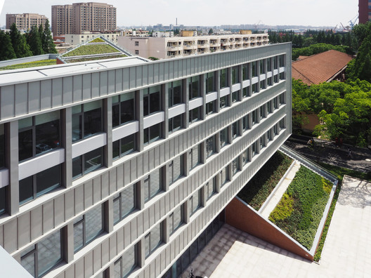 International Cooperative Education Building of USST / Le Architects