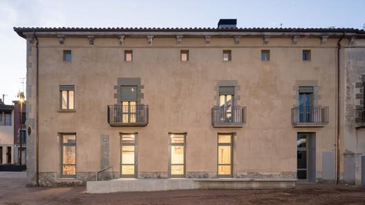 El Mallol Civic Center Renovation / Carles Crosas + SOG design