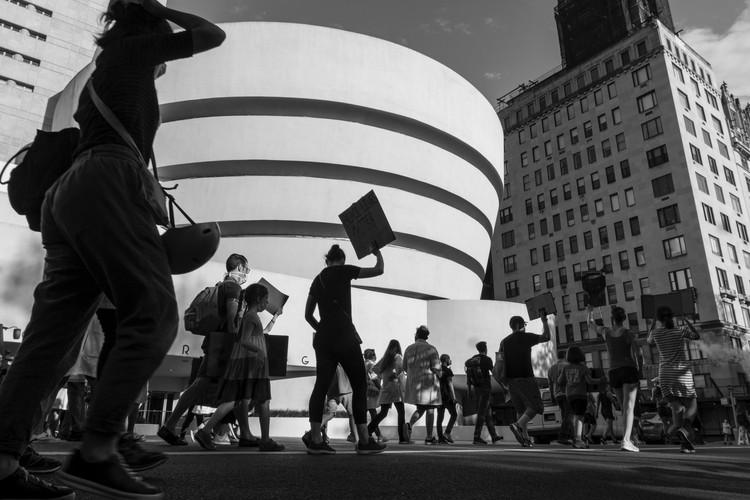 Nueva York en pausa: ¿por qué es la oportunidad de crear un futuro equitativo en las ciudades?, Manifestantes marchando por la 5ta Avenida - 6 de junio de 2020. Imagen © Clay LeConey en Unsplash