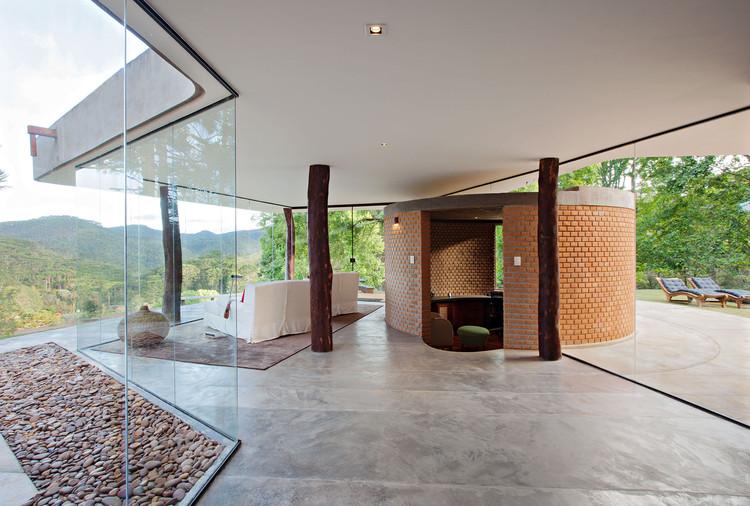 Casas brasileiras: 20 residências e refúgios rurais, Residência Sapucaí-Mirim / APBA – Arquiteto Paulo Bastos e Associados © Daniel Ducci