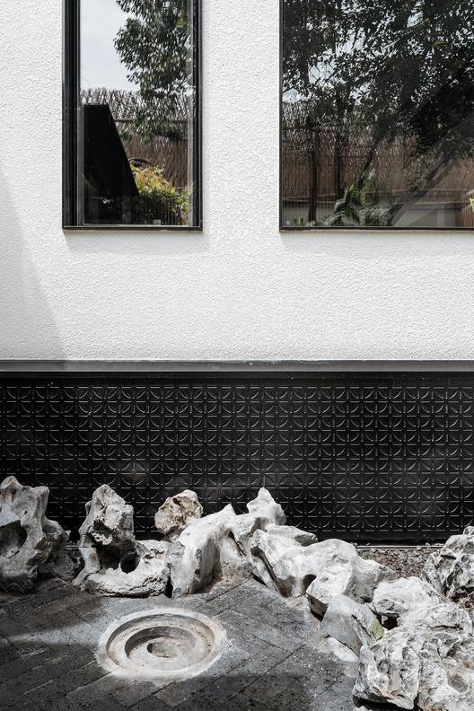 """35 - Hiding House Ngôi nhà """"ẩn náu"""" giữa chốn đô thị phồn hoa, là tâm huyết của gia chủ và KTS sau 6 năm xây dựng"""