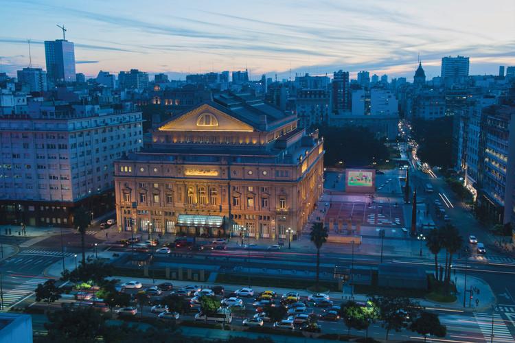 Edificios emblemáticos de Buenos Aires ofrecen visitas online, Teatro Colón - Vista aérea exterior. Image vía [buenosaires.gob.ar] bajo licencia Creative Commons Reconocimiento 2.5 Argentina