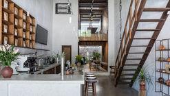 Adiuvat Coffee Roaster Quinhon / A+H architect