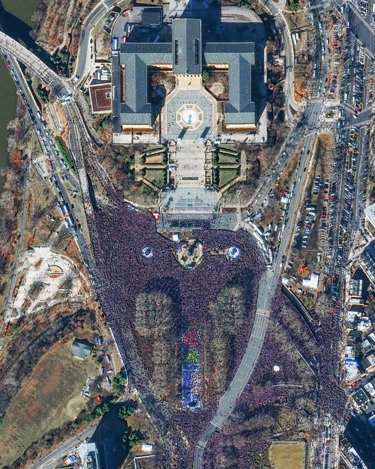 Fans celebrate the Eagles' 2018 Super Bowl victory in front of the Philadelphia Museum of Art. Image created by @benjaminrgrant, source imagery: @digitalglobe