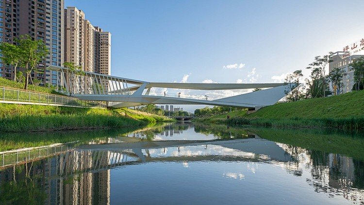 Pedestrian Bridge of Pingshan High School / NODE Achitecture & Urbanism, horizontal with transitional . Image © Chao Zhang