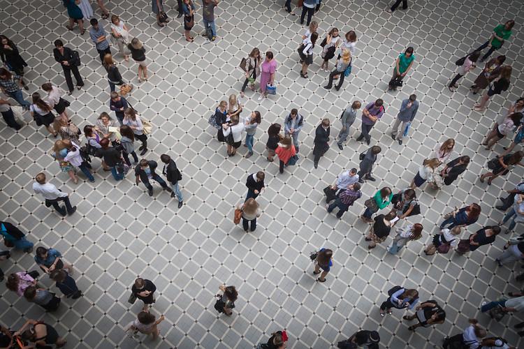 La pandemia puede sacar la educación arquitectónica del claustro para siempre, Estudiantes en una sala de recreación universitaria. Imagen © Pudiq | Shutterstock