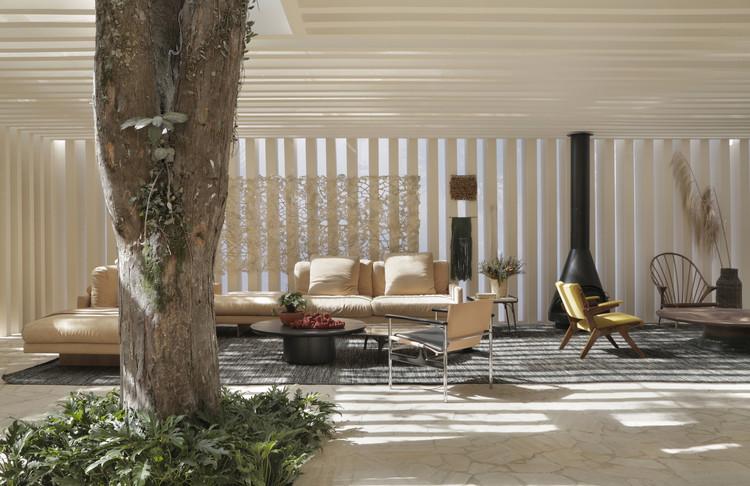 Interiores brasileiros: 16 projetos que valorizam a iluminação natural, Casa das Sibipirunas / Studio Otto Felix. Imagem: © Denilson Machado – MCA Estúdio