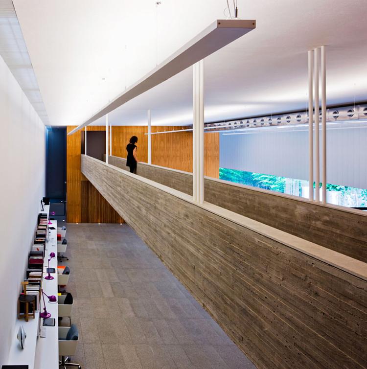 Puentes y pasarelas para conectar espacios: 15 ejemplos en proyectos latinoamericanos, Studio SC / Studio MK27 - Marcio Kogan. Image © Nelson Kon