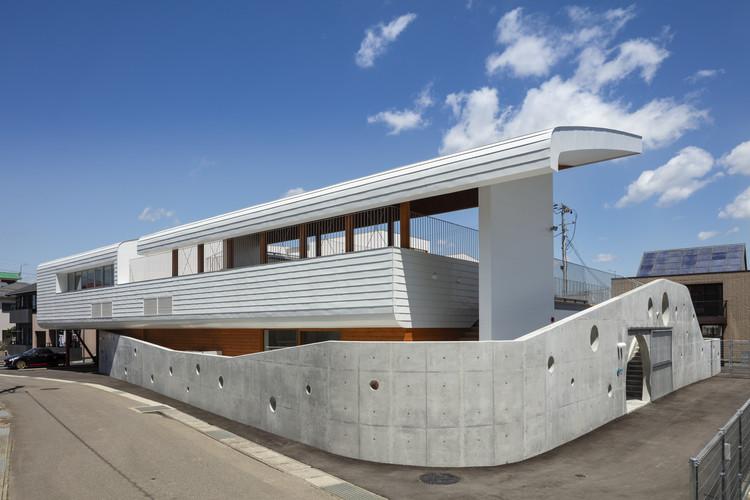 Tesoro Nursery School / Aisaka Architects' Atelier, 02 PEDESTRIAN APPROACH using neighbor's gateway. Image © Shigeo Ogawa