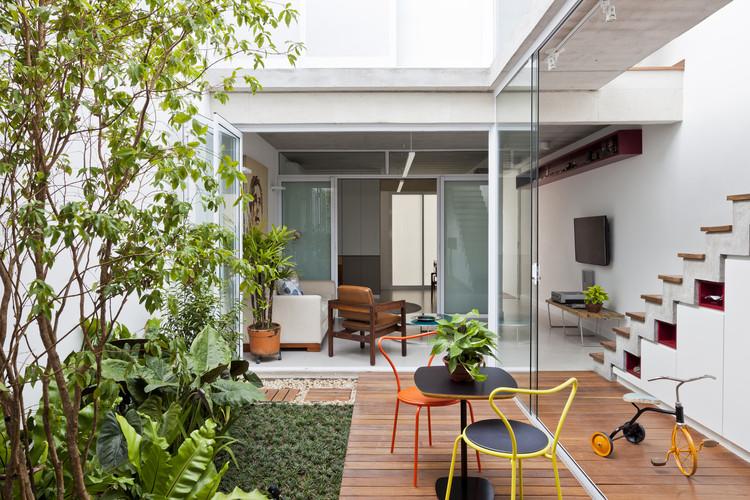 Casas brasileiras: 16 residências em terrenos estreitos, Casas Gêmeas / Zoom Urbanismo Arquitetura e Design. Foto © Maíra Acayaba