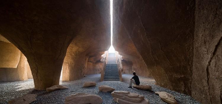 Renovación del sitio arqueológico Xihoudu / URBANUS, Sala de exposiciones en la cima de la montaña. Imagen © Tianpei Zeng