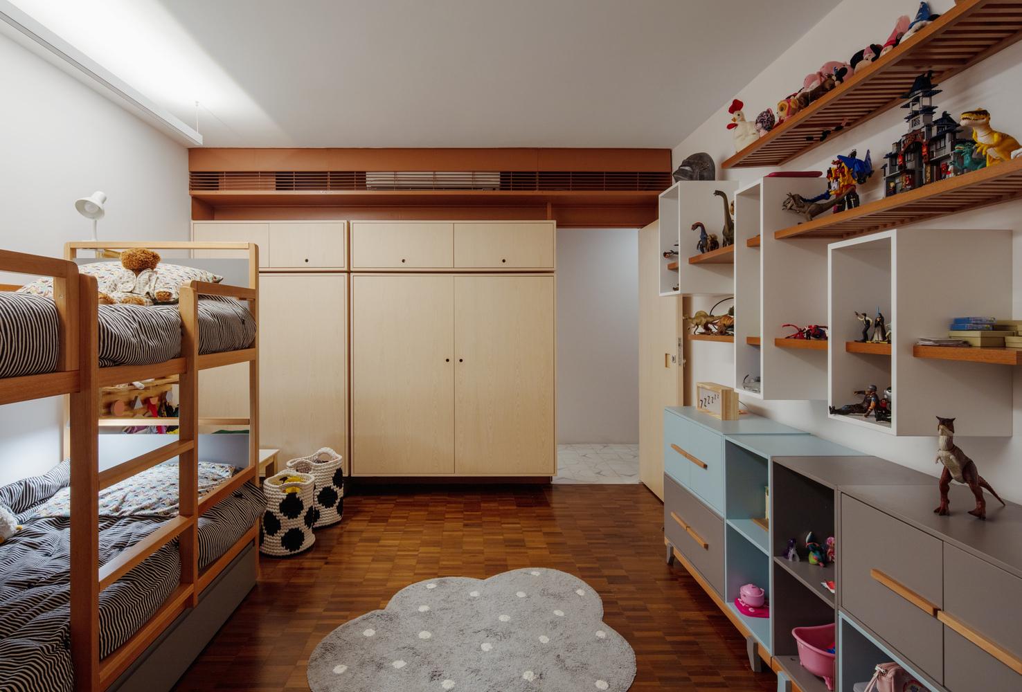 Dormitorios para niños: Cómo diseñar un entorno saludable para el sueño,Apartamento AMRA7 / Piratininga Arquitetos Associados + Bruno Rossi Arquitetos. Image © Nelson Kon