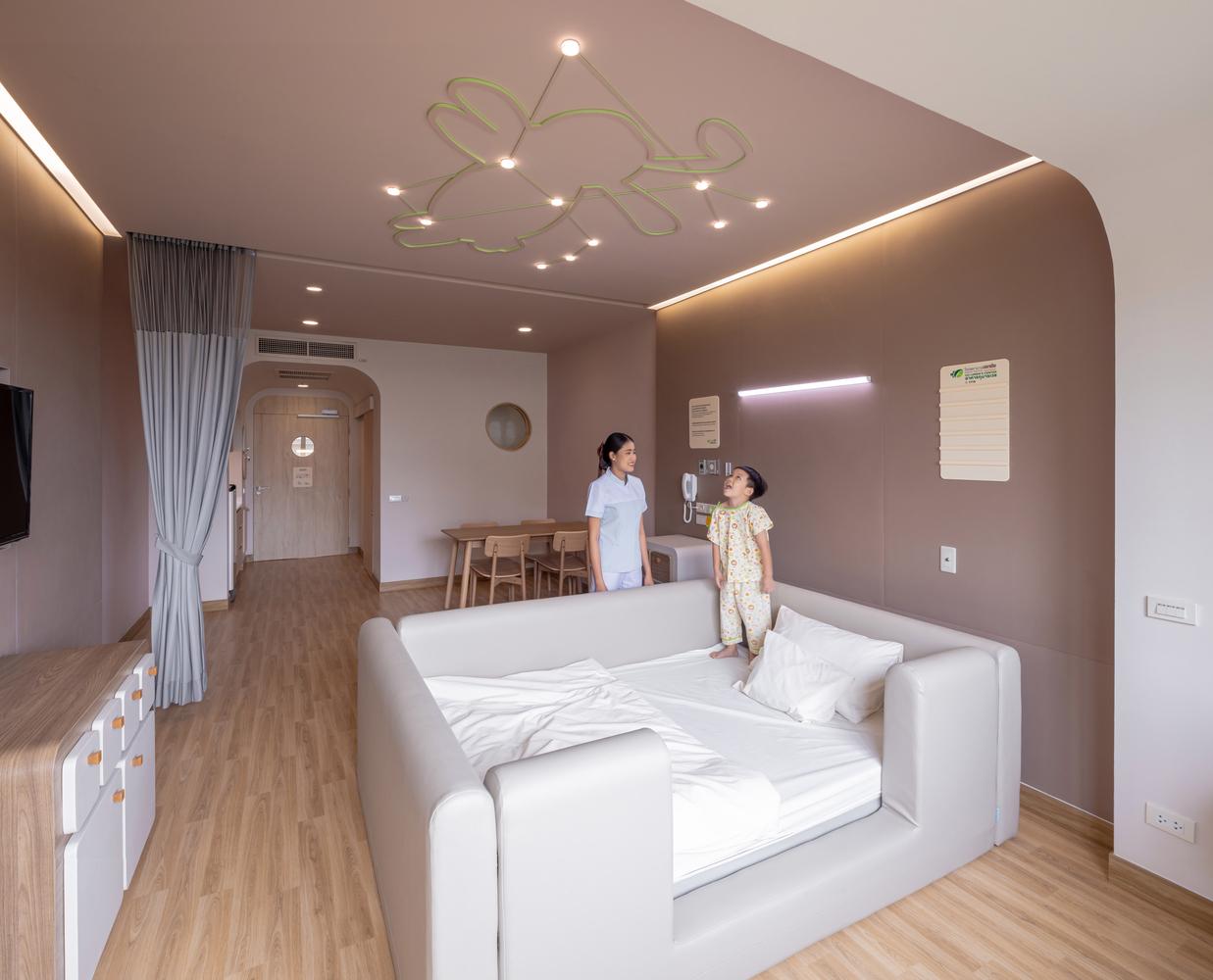 Dormitorios para niños: Cómo diseñar un entorno saludable para el sueño,Hospital Infantil EKH / IF (Integrated Field). Image © Ketsiree Wongwan