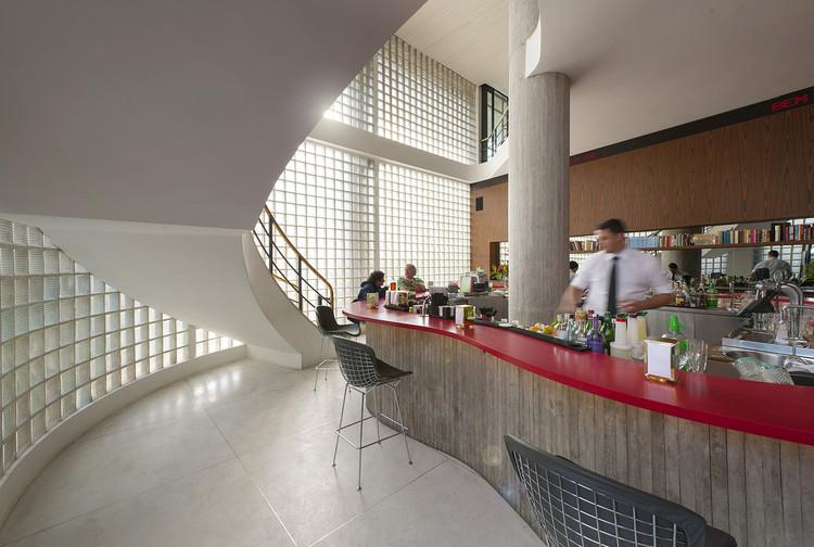 Interiores brasileiros: 10 projetos com tijolo de vidro, Bar Riviera / Studio MK27 - Marcio Kogan + Beatriz Meyer + Eduardo Chalabi + Diana Radomysler. Imagem: © Rômulo Fialdini