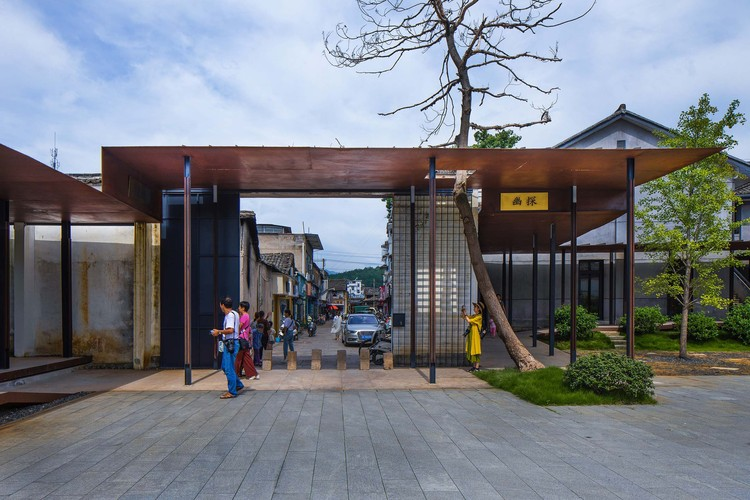 Neighborhood·Songyang Three-Temple Cultural Communication Center / Jiakun Architects, corridor entrance. Image © Arch-Exist