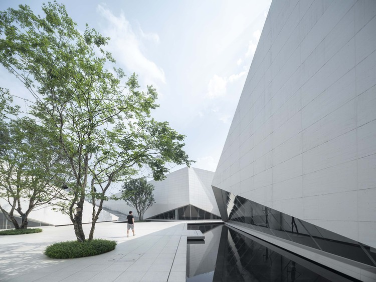 Urban Development Exhibition Hall of Liuzhou / XAA, sunken courtyard inner facade. Image © Changheng Zhan