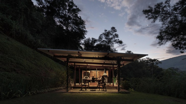 Casas brasileiras: 11 cozinhas externas e churrasqueiras, Pavilhão Videiras / gru.a.© Federico Cairoli