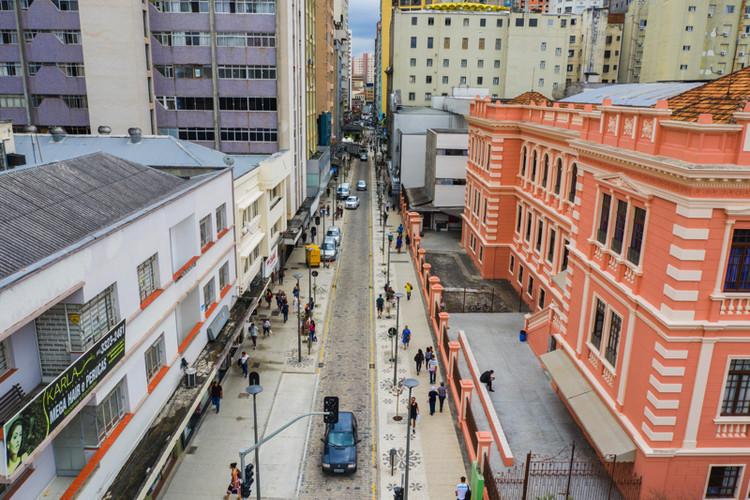 Nova rua completa de Curitiba une prioridade a pedestres e preservação do patrimônio, Calçadas foram ampliadas e novo mobiliário foi instalado para estimular caminhada e permanência da população na rua. Foto: Daniel Castellano/Pref. Cutiriba