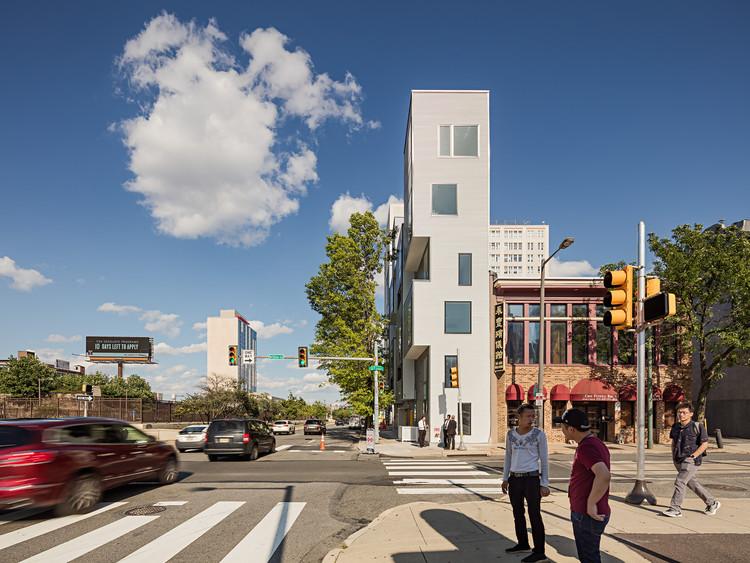 Preenchendo lacunas: a arquitetura dos espaços residuais, XS House Apartment Building by ISA. Image © Sam Oberter