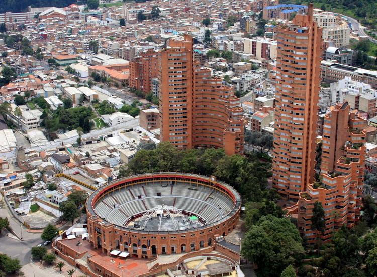 Arquitetura e urbanismo na América Latina: uma entrevista com Fernando Lara e Caio Dias, Torres del Parque (1970) em Bogotá, Colômbia. Foto © Jose David Parra, licença CC BY-SA 2.0.