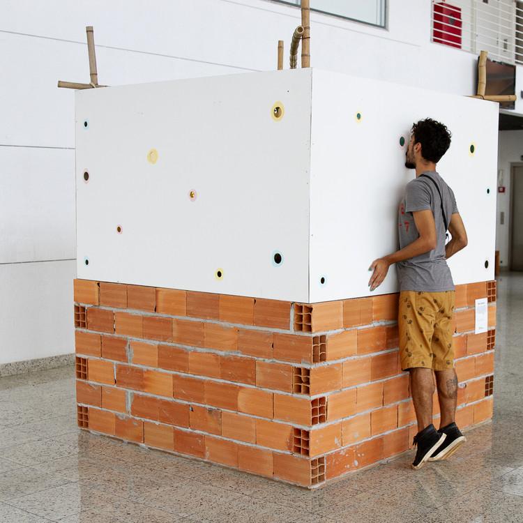 Estúdio Mangava projeta instalação de tijolos que explora a subjetividade do futuro, Evento do Feverestival 2020 no Sesi Amoreiras, Campinas, 2020. Image © Nina Pires