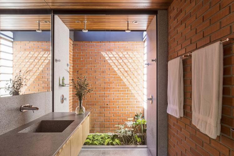 Interiores brasileiros: 10 soluções de iluminação natural em banheiros, Casa Vila Rica / BLOCO Arquitetos. Imagem: © Haruo Mikami
