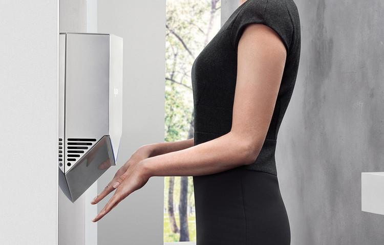 Baños sin contacto: Mejorando la experiencia de usuario con la tecnología Touchless, Secador de manos Airblade V. Image Cortesía de CHC