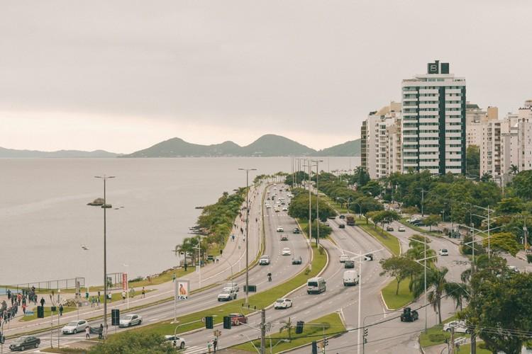 Mobilidade em Florianópolis: em direção à ressignificação das ruas, Avenida Beira-Mar Norte. Imagem: Renato Trentin/Unsplash