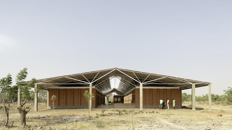 Escuela secundaria y edificios auxiliares del complejo escolar Bangre Veenem / Albert Faus, © Milena Villalba
