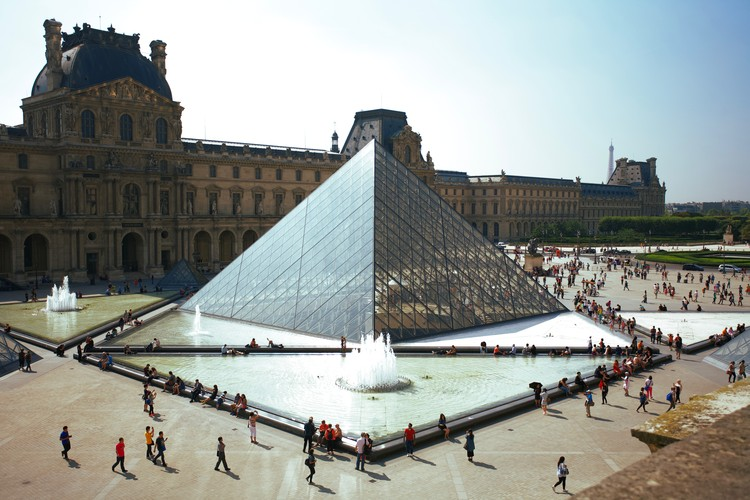 10 Intervenções contemporâneas em museus históricos , The Louvre Pyramid. Photo by Daniele D'Andreti on Unsplash