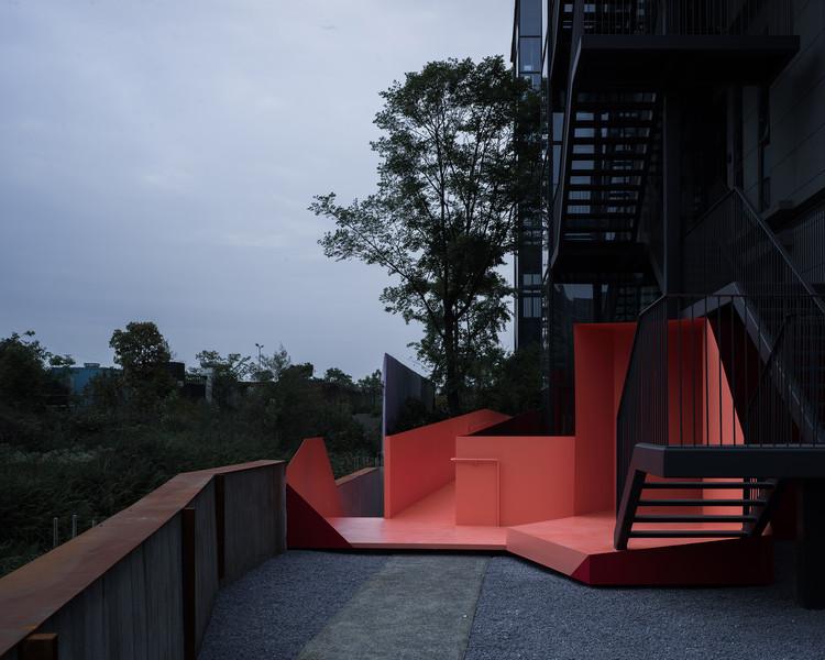 Zhenyige Chengdu Headquarters Renovation / Fanzhu Design, Office garden. Image © Haiting Sun